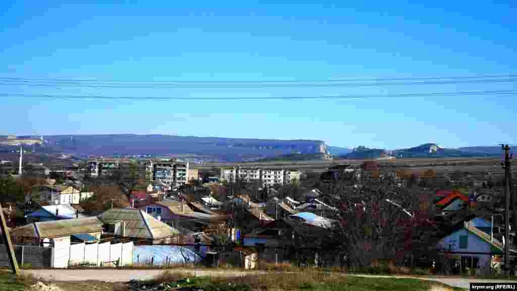 Село Холмовка на фоне так называемой Внутренней гряды Крымских гор. Одной из новых сельских улиц планировалось дать имя Адамцевича. А также установить памятник в этнографическом музее под открытым небом «Рідне село»