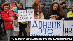 """Украина чыгышындагы """"элдик республикалардын"""" шайлоо өткөрүүсүнө каршы экенин билдирген украин жарандары. Украина, Днепропетровск, 2-ноябрь."""