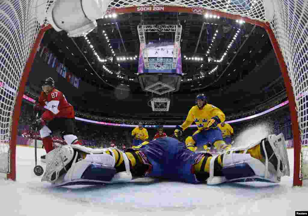 Canada's Sidney Crosby (87) scores on a breakaway past Sweden's goalie Henrik Lundqvist during the second period of their men's ice hockey gold medal game. (Reuters/Julio Cortez/Pool)