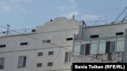 Снайпер на крыше здания по периметру площади Исатая и Махамбета в Атырау. 21 мая 2016 года. Снимок сделала Сания Тойкен незадолго до задержания.