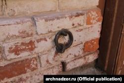 Кольцо для привязи лошадей