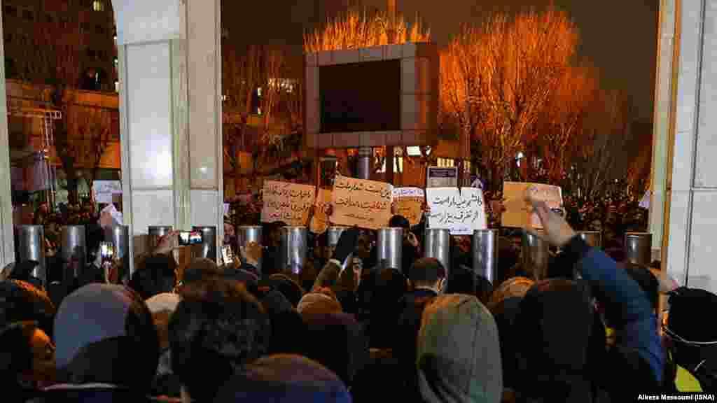 Протестувальники зібралися перед університетом імені Шаріфа у Тегерані, 11 січня 2020 року.
