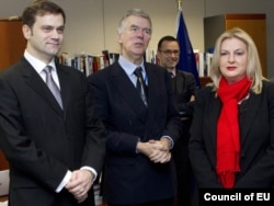 Posrednik u dijalogu Robert Kuper sa pregovaračima Beograda i Prištine, Borisom Stefanovićem i Editom Tahiri, Brisel, novembar 2011.