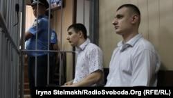 Екс-беркутівці Сергій Зінченко та Павло Аброськін під час судового засідання у Святошинському суді. Серпень 2015 року