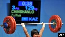 Казахстанская спортсменка Зульфия Чишанло на прошлом чемпионате мира по тяжелой атлетике в Южной Корее завоевала золотую медаль. Гоянг, 22 ноября 2009 года.
