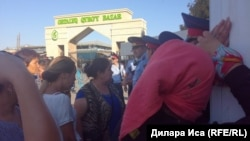 Шымкенттегі Орталық Қырғы базардың сатушылары сауда орындарын сүруге қарсылық танытып тұр. 30 шілде 2018 жыл.