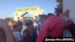 """Торговцы и полиция у рынка """"Орталық Қырғы базар"""" в городе Шымкенте. 30 июля 2018 года."""