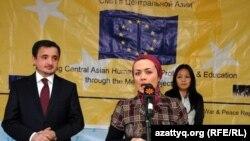 Репортер Радио Азаттык Дильбегим Мавлоний на церемонии награждения премией Института по освещению войны и мира. Бишкек, 10 декабря 2010 года.