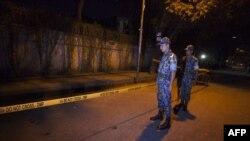 Бангладеш полициясы Италия жараны атылган жерде турат. Дака, 28-сентябрь, 2015-жыл.