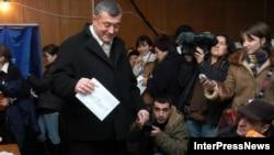 لوان گاچیش لیادز، یکی از نامزدهای انتخابات ریاست جمهوری گرجستان، در یکی از شعبه های رای گیری حضور یافته تا رای بدهد.
