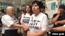 Элла Кесева (справа) на акции протеста во время траурной панихиды в Беслане, 1 сентября 2016 года
