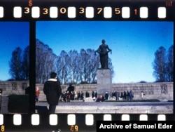 Пискаревское кладбище в Санкт-Петербурге. В те годы, когда было сделано это фото, город назывался Ленинградом.