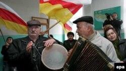 Неслучайно фестиваль носит имя прославленного Феликса Алборова. Он, пожалуй, самый любимый осетинский композитор. Произведения Алборова давно ушли в массы, стали поистине народными