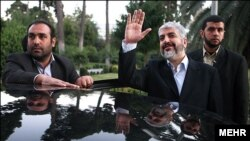 خالد مشعل (وسط) در مقام رئیس دفتر سیاسی حماس ابقا شد