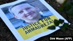 Djalalinin şəkli olan plakat Brüsseldə İran səfirliyinin qarşısında