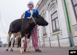 Ресейге салынған санкцияларға қарсы шара өткізіп тұрған белсенді. Мәскеу, 25 қыркүйек 2014 жыл.