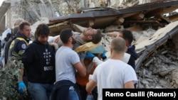 Италия - Спасатели извлекли человека из-под обломков здания, Аматриче, 24 августа 2016 г․