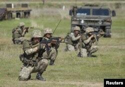 Подразделение казахстанской армии на учениях. Алматинская область, 17 апреля 2015 года.