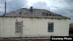 Дом в селе Кызылкесик после града. Тарбагатайский район, Восточно-Казахстанская область, 19 июня 2012 года.