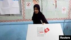 Женщина, состоящая в избирательной комиссии во время выборов в Тунисе в октябре 2014 года.