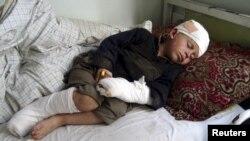 طفلی که در اثر درگیریهای مسلحانه در کنر زخمی شدهاست. 20Feb2011