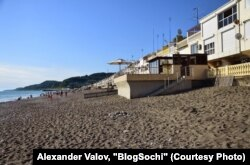 Частный бассейн депутата Госдумы Юрия Напсо на общественном пляже в поселке Лоо вблизи Сочи