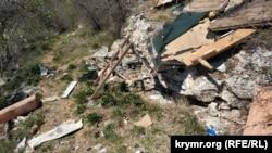 Гори побутового сміття на схилі нижче багатоквартирних будинків