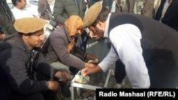 په خوست کې سورلۍ له ګاډو د پولیسو لخوا راکوزیږي او خپلې پیسې افغانیو ته اړوي.