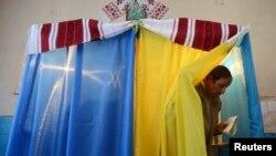 Голосование на одном из избирательных участков в Львовской области