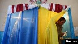 Украинадағы парламент сайлауында дауыс беріп жатқан адам. Львов, 26 қазан 2014 жыл.