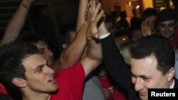 Lider VMRO-DPMNE-a i premijer Nikola Gruevski slavi pobedu sa pristalicama