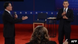 Действующий президент США Барак Обама (справа) и его соперник на президентских выборах Митт Ромни (слева). Хэмпстед, 16 октября 2012 года.