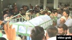 د اپریل په ۱۳ مه د بلوه ګرو لخوا د وژل شوي ځوان مشال خان جنازه
