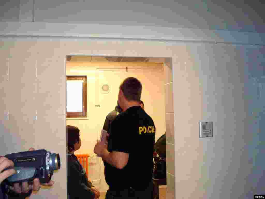 Сотрудник чешской полиции принимает документы беженцев для оформления временного пребывания в лагере беженцев. - Представитель чешской полиции принимает документы казахских беженцев. Вышни Лхоты, 1 февраля 2009 года.