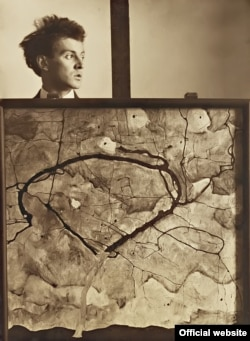 "Egon Schiele fotografiat cu tabloul său ""Herbstbaum in bewegter Luft (""Winterbaum""), 1912 © Leopold Privatsammlung"