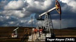 Нефтяная установка на месторождении в Татарстане, Россия. 23 апреля 2020 года.
