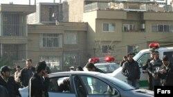 تصویری که خبرگزاری نیمه رسمی فارس از خودروی فریدون عباسی، استاد فیزیک دانشگاه شهید بهشتی، ساعتی پس از انفجار منتشر کرد.