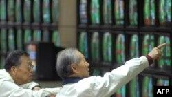 در بازارهاى مالى آسيا وضعيت سهام نيز مثبت بود و شاخص ها ۱۰ درصد رشد داشتند. (عکس: AFP)