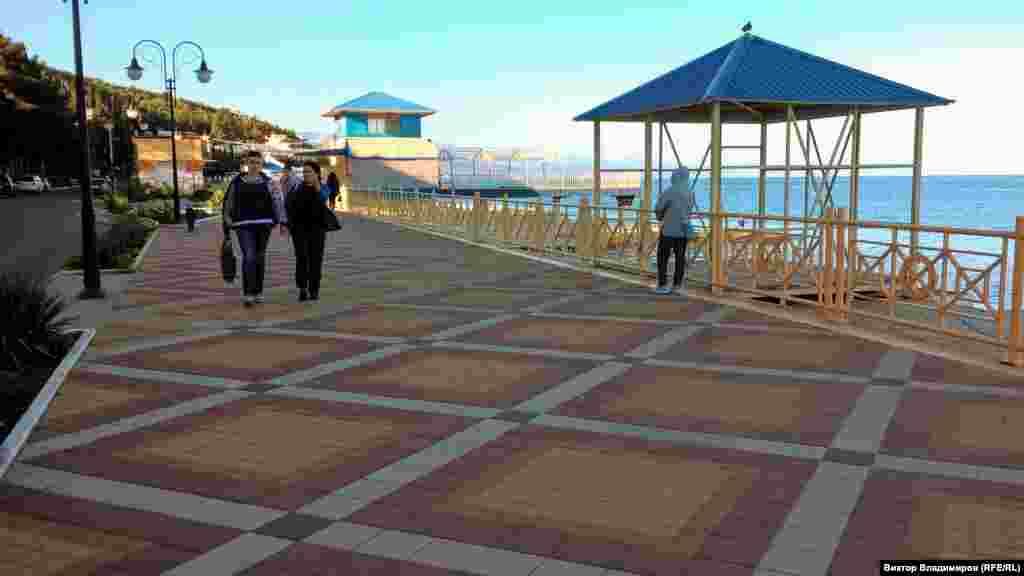 Большую часть набережной Профессорского уголка реконструировали. Здесь положили плитку и расширили пешеходную зону