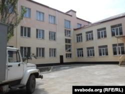 Адрамантаваны будынак школы, які быў пасечаны аскепкамі снарадаў