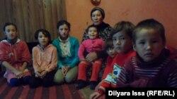 Жительница Шымкента Карлыгаш Дарибаева со своими детьми. 5 декабря 2015 года.