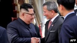 Солтүстік Корея лидері Ким Чен Ын (сол жақта) мен Сингапур сыртқы істер министрі Вивиан Балакришнан. Сингапур әуежайы, 10 маусым 2018 жыл.