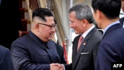Түндүк Кореянын лидери Ким Чен Ынды Сингапурдун тышкы иштер министри Вивианн Балакришнан тосуп алды. 10-июнь, 2018-жыл.