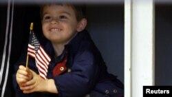 Dječak drži američku zastavu, fotoarhiv
