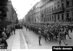 """Военный парад в Берлине. Солдаты Рейхсвера маршируют """"гусиным шагом"""""""