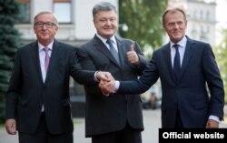 Зліва направо: президент Єврокомісії Жан-Клод Юнкер, президент України Петро Порошенко та президент Європейської ради Дональд Туск. Київ 13 липня 2017 року