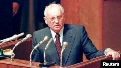 СССР президенті Михаил Горбачев төтенше жиында сөйлеп тұр. Мәскеу, 23 тамыз 1991 жыл.