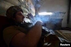 Український військовий курить у місті Мар'їнка, вересень 2017 року