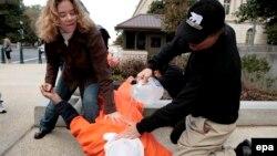 Укук коргоочулар суу менен кыйноо ыкмасын көрсөтүү аркылуу катаал сурак ыкмаларына каршылыгын билдиришкен, Вашингтон, 2007-жылдын ноябрь айы.