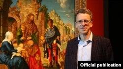 """Daniel Hess, managerul proiectului în fața tabloului """"Adorația Magilor"""""""